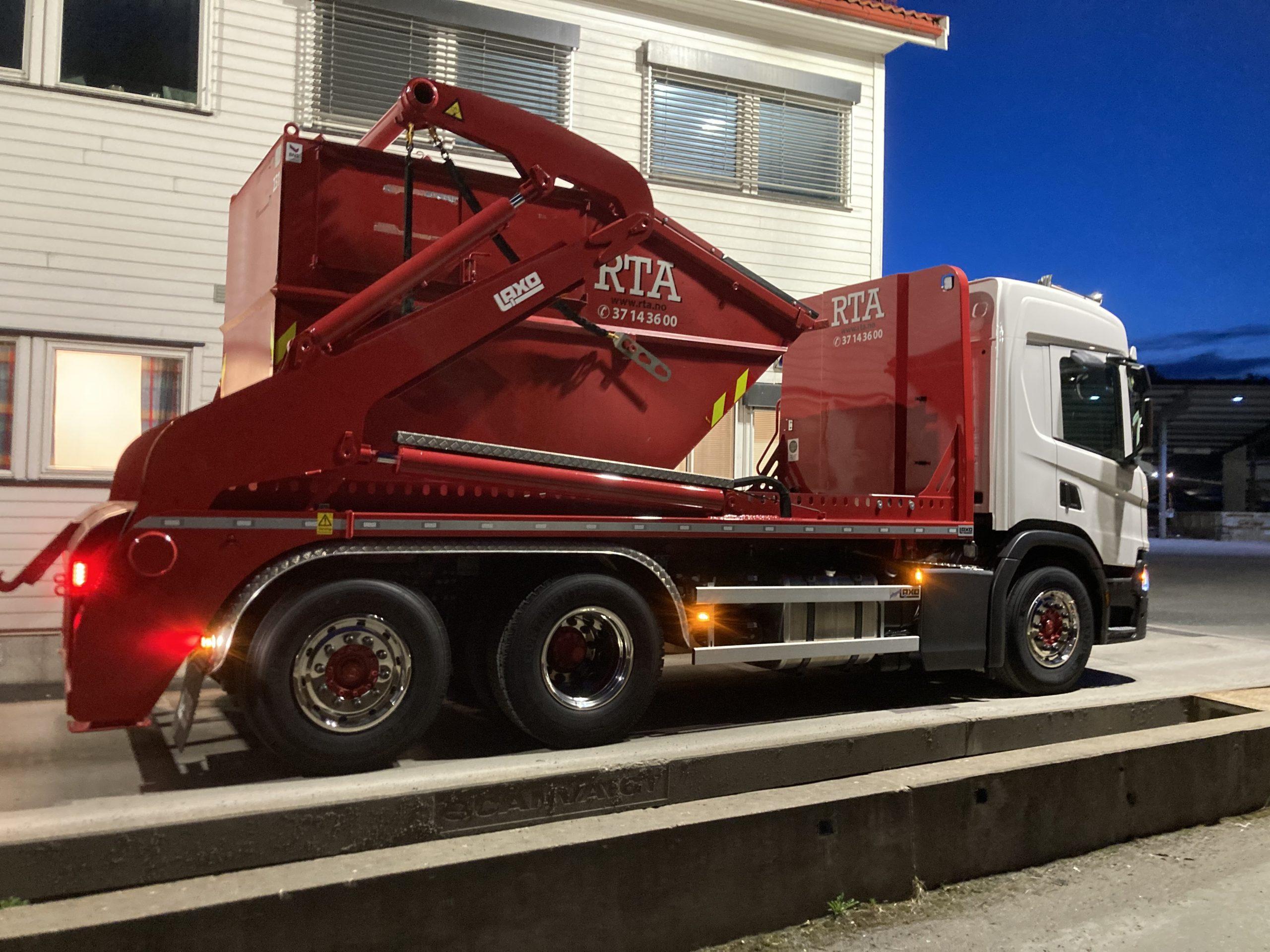 Bilde av liftbil med container
